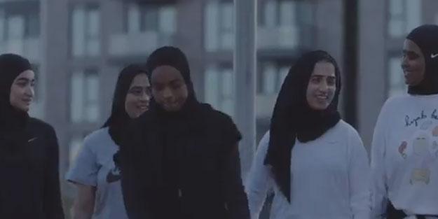 """""""Allah"""" lafzını ayaklar altına alan Nike, para için kırk takla attı! Başörtülüleri kullandı"""