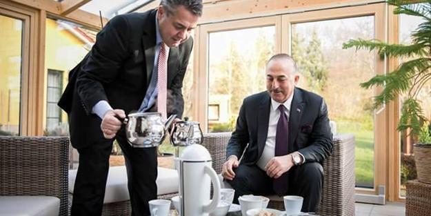 Alman Bakan Gabriel Çavuşoğlu'na elleriyle çay doldurdu