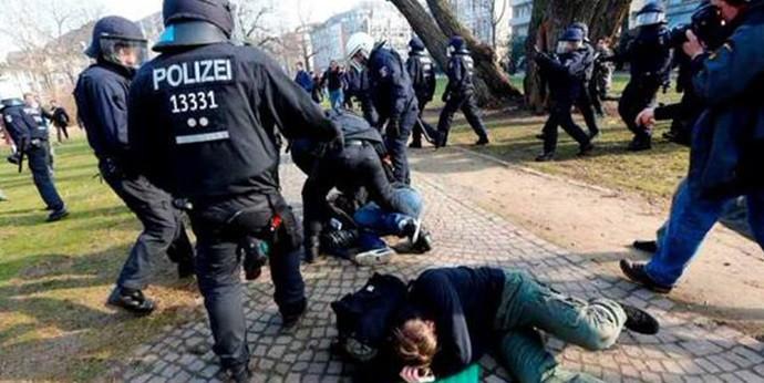 Alman polisinden göstericilere korkunç şiddet!