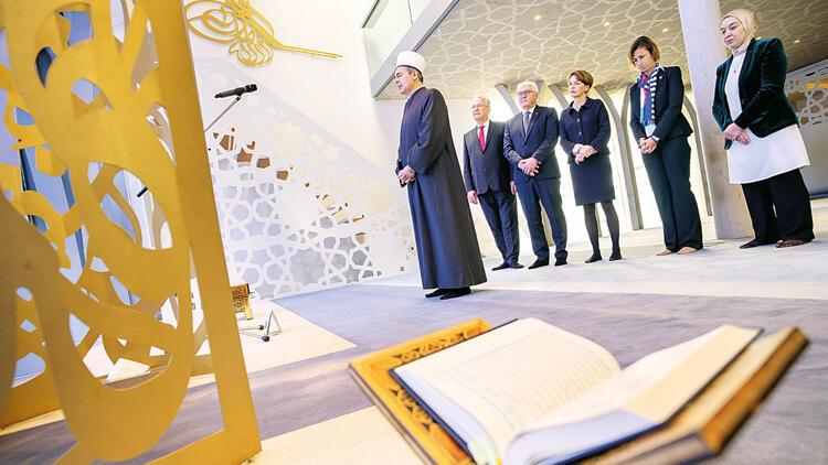 Almanya Cumhurbaşkanı'ndan cami ziyareti: Hocam bana namazı göster