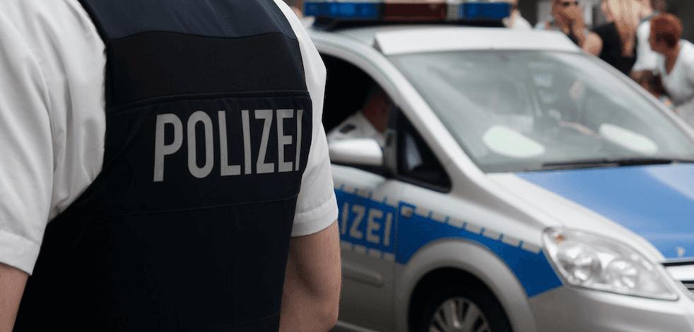 Almanya'da başörtülü kadına alçak saldırı! Kaçmaya çalışan kadın, ağır yaralandı
