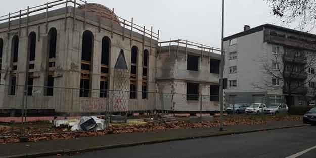 Almanya'da camiye küstah saldırı