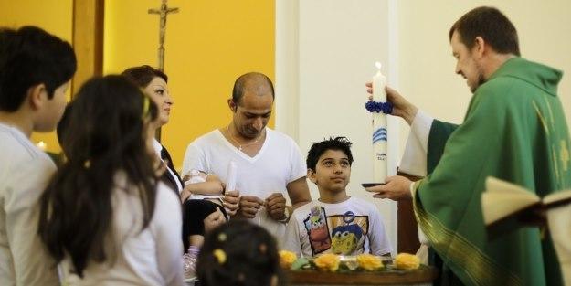 Almanya'da yaşayabilmek için Hristiyan oluyorlar