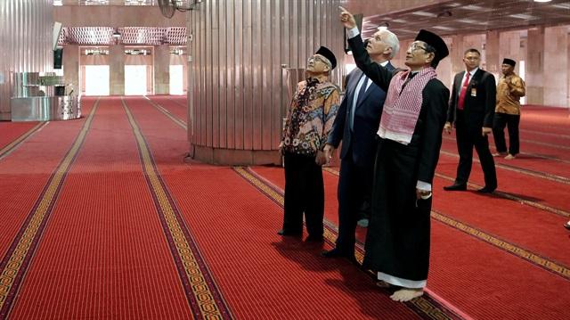 Amerika Başkan Yardımcısı Pence Asya'nın en büyük camiisinde