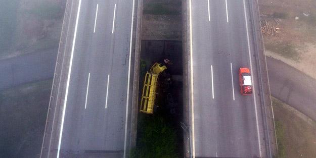 Anadolu Otoyolu'nda dehşet anları! Refüjü aşan tır köprüden düştü
