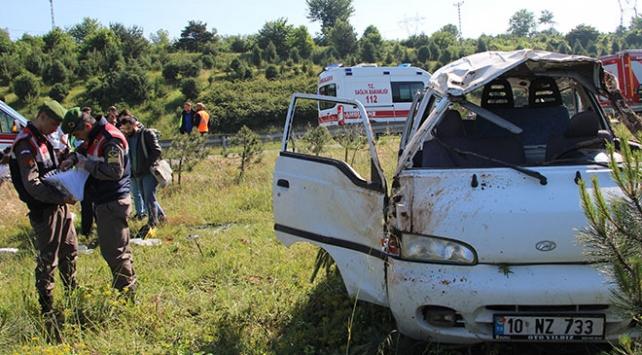 Anadolu Otoyolu'nda minibüs takla attı: 5 kişi yaralı