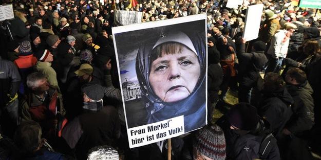 Angela Merkel'e başörtüsü taktılar