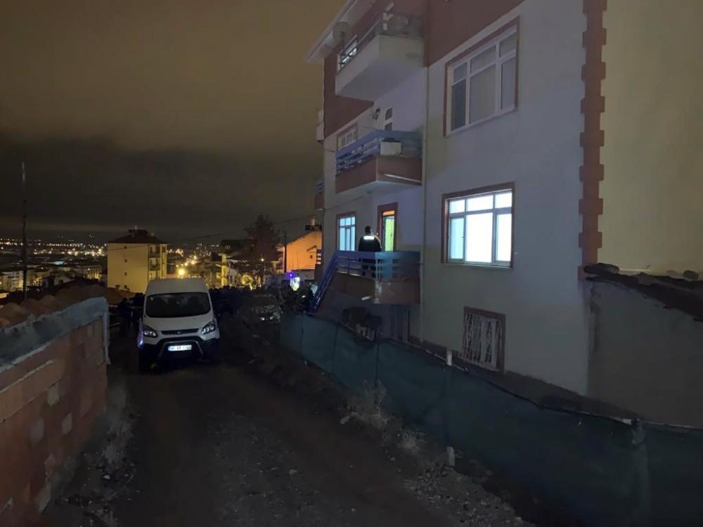 Ankara'da genç kadın, iki aylık bebeğinin yanında bıçaklanarak öldürülmüş olarak bulundu