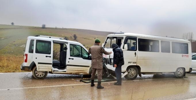 Ankara'da öğrenci servis aracı kaza yaptı: 6'sı öğrenci 13 yaralı