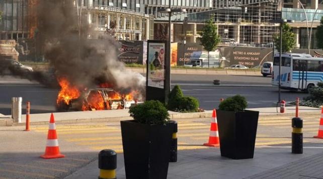 Ankara'da seyir halindeyken alev alan araç küle döndü