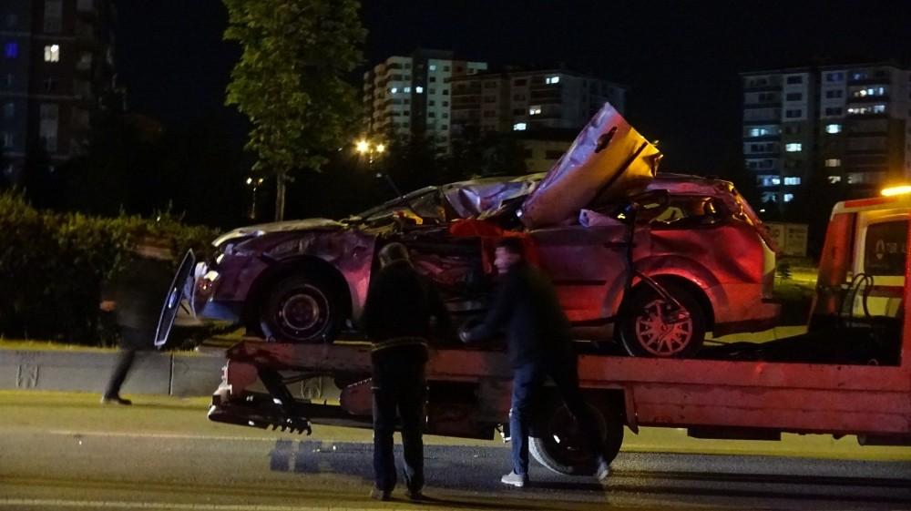 Ankara'da yol temizleme aracına çarpan otomobilin sürücüsü hayatını kaybetti