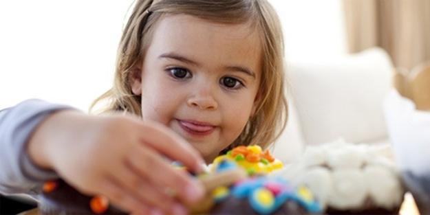 Anne-babalar dikkat! Şeker çocukların duygularıyla oynuyor