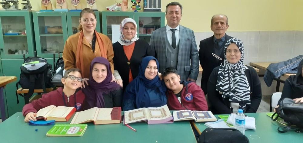 Anne ve oğul birlikte Kur'an-ı Kerim öğreniyor
