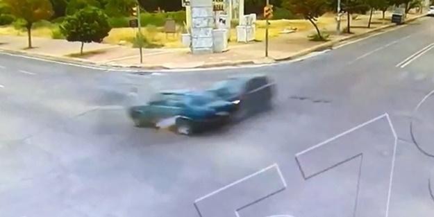 Antalya'da akılalmaz kaza: Araç ikiye bölündü şoför yürüyüp gitti