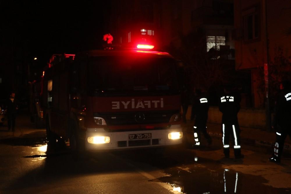 Antalya'da mahalle sakinlerini kokutan yangın