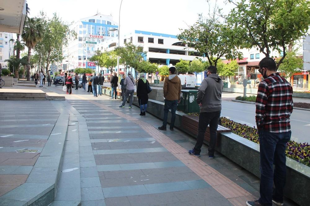 Antalya'da PTT önündeki örnek sosyal mesafeli yoğunluk
