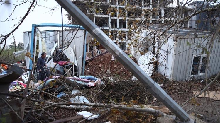 Antalya'nın 4 ilçesinde fırtına! Saniyeler içinde yıktı geçti