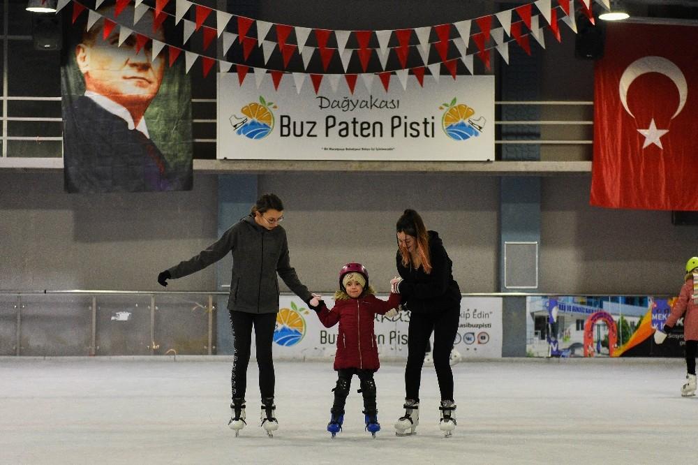 Antalya'nın çocukları buzda kaymayı öğreniyor