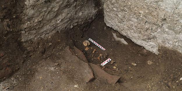 Antik tiyatroda bebek mezarı bulundu