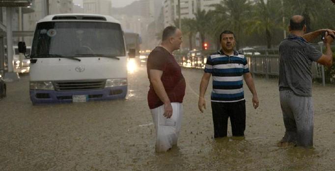 Arabistan'da son 20 yılın en şiddetli yağışı: 5 kişi öldü