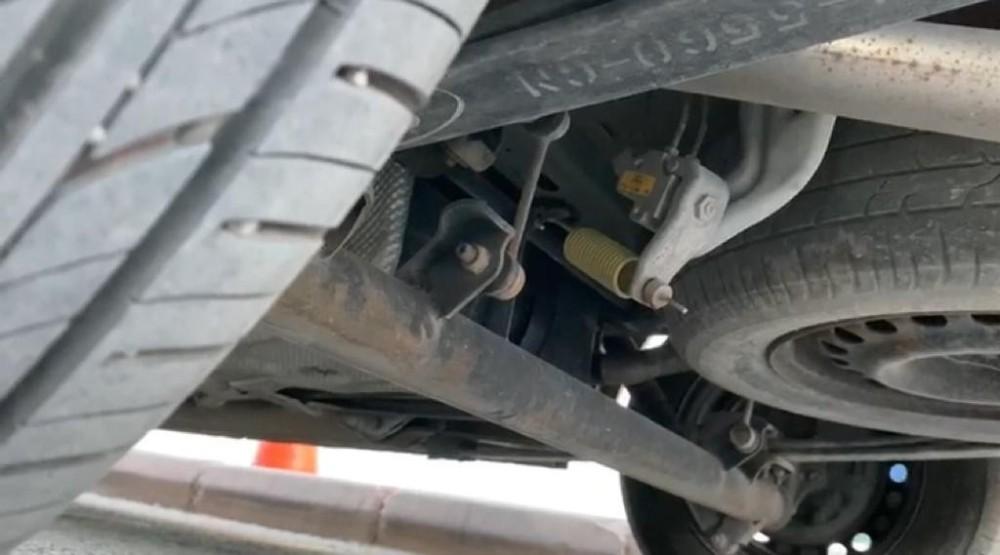 Aracın altına giren kedi sürücüyü uzun süre uğraştırdı