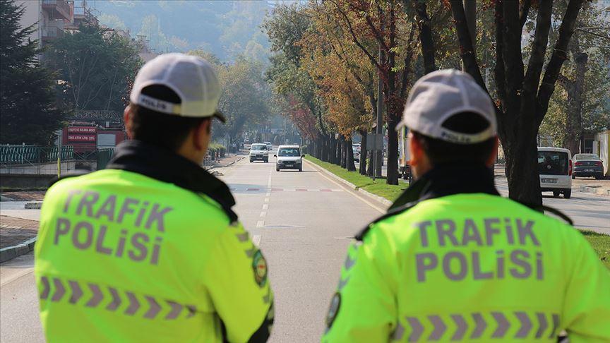 Araçta sigara kullanan sürücü ve yolculara ceza kesildi