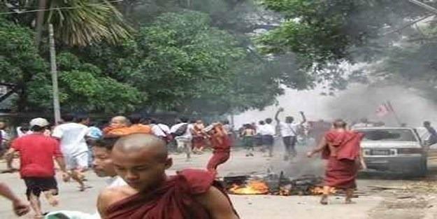 Arakan'da Müslümanları yakan Budistlere kim dur diyecek?