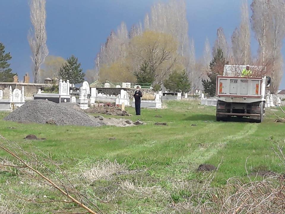 Arpaçay Belediyesi mezarlıkları ağaçlandırıyor