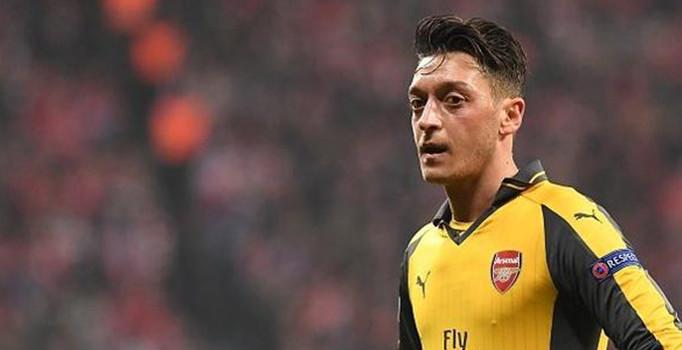 Arsenal, Mesut Özil'i gönderiyor