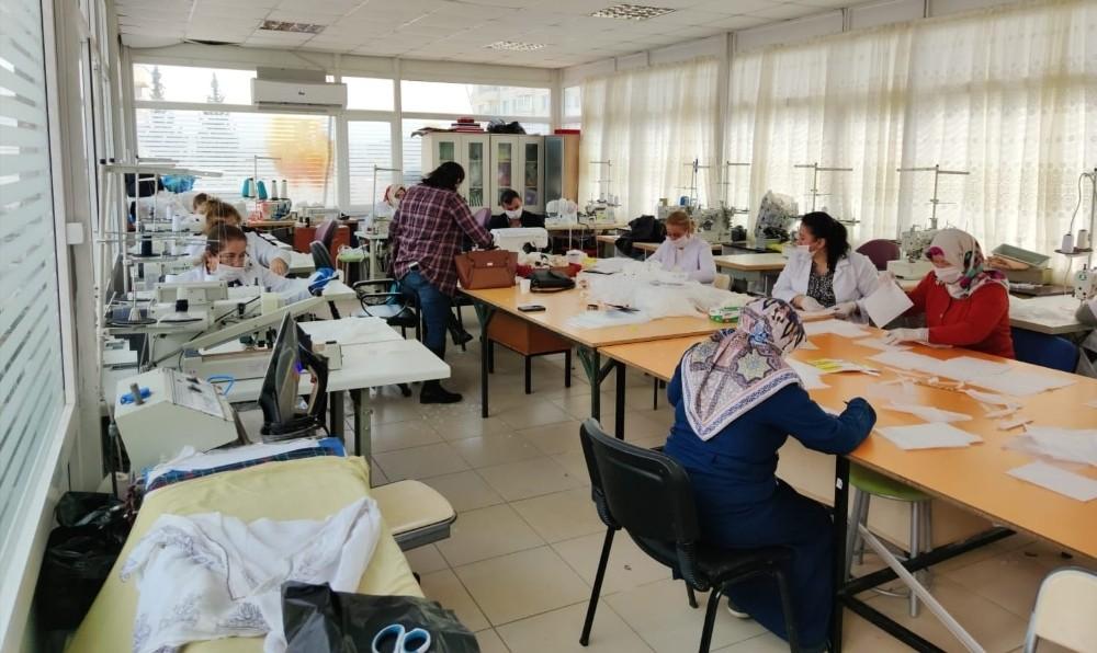 Artuklu'da gönüllü kadınlar maske üretiyor