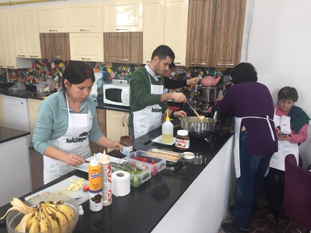 Aşçılık ve pastacılık atölyesinde waffle yapmayı öğrendiler
