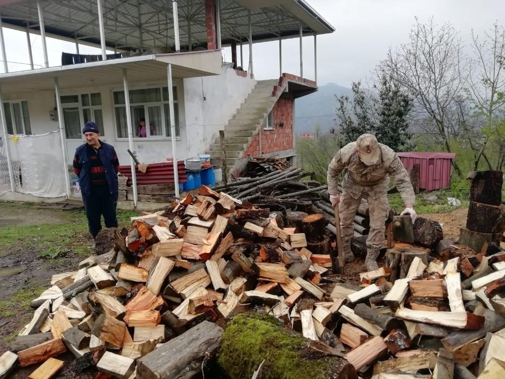 Asker bu sefer duayı odun kırarak aldı