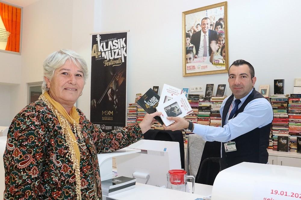 """Ataşehir'de klasik müzik festivali'nde """"bir kitap, bir bilet"""" kampanyasıyla bin kitap toplandı"""