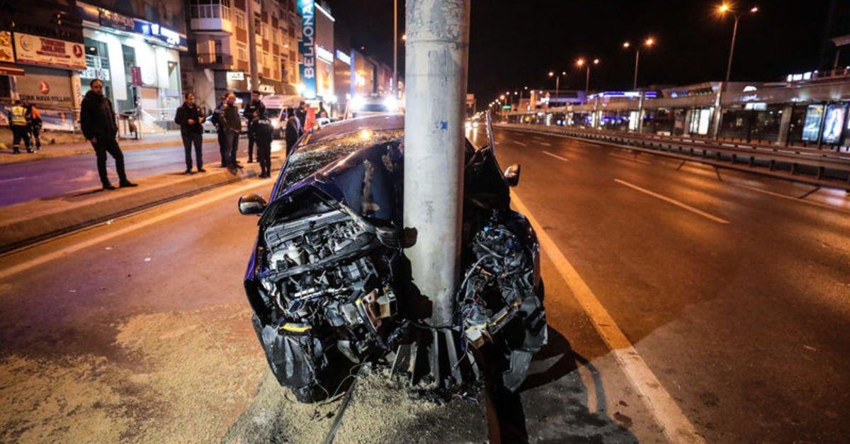Avcılar'da otomobil direğe çarptı: 1'i ağır 6 yaralı