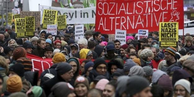 Avrupa ülkesine büyük şok: Binlerce kişi sokağa indi