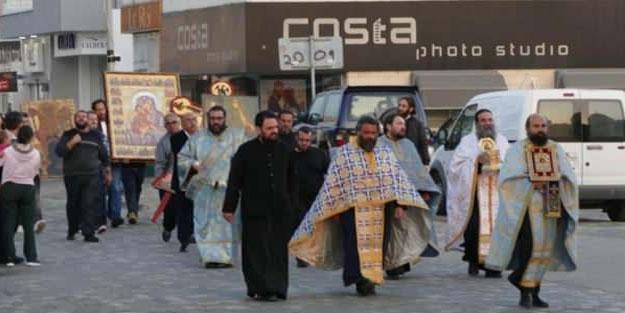 Avrupa'da papazlar sokaklara indi! Sokakları kutsadılar