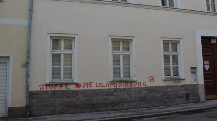 Avusturya'da İslam düşmanlığı! Binaya saldırdılar
