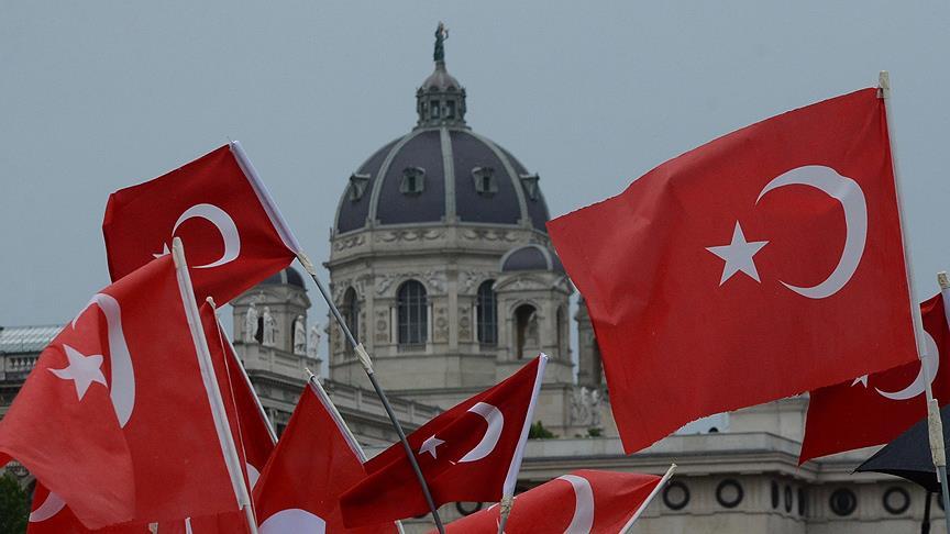 Avusturya'da şanlı Türk bayrağı gâvuru korkuttu!