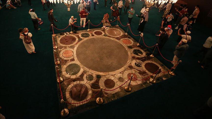 Ayasofya-i Kebir Camiinde imparatorların tac giyme alanına halı serilmedi
