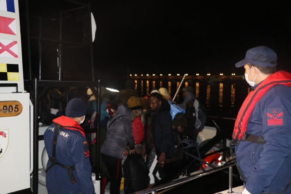 Ayvacık'ta lastik botla Midilli'ye giden 45 göçmen karaya çıkarıldı