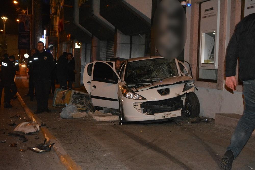 Ayvalık'ta traktör ile otomobil çarpıştı: 5 yaralı