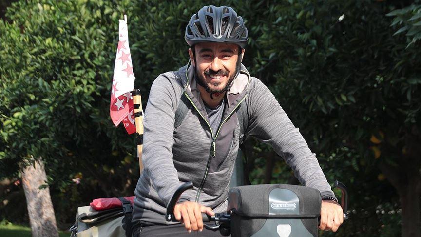 Babasının hastalığına dikkati çekmek için İsviçre'den Japonya'ya gitmek üzere bisikletle yola çıktı