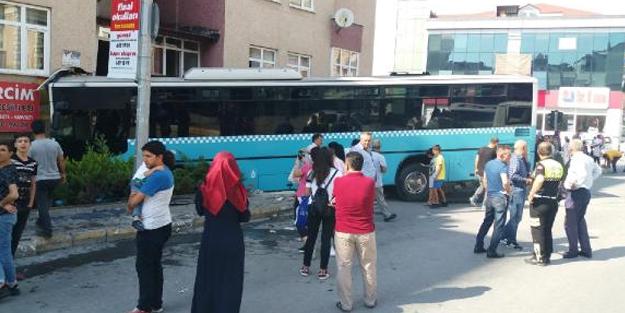 Bağcılar'da faciaya ramak kaldı! Özel Halk Otobüsü dükkana girdi, 4 kişi yaralandı