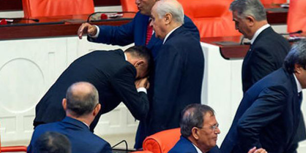 Bahçeli'nin elini öpen vekile partisinden sert tepki: Utanç duyduk!