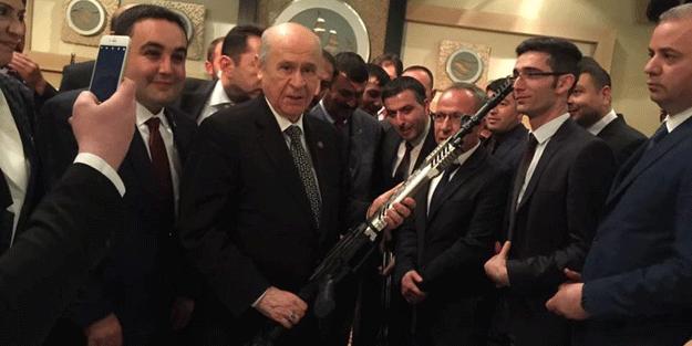 """Bahçeli'ye tüfek hediye edildi, """"Şimdi El Bab'a girebilir"""" dedi"""