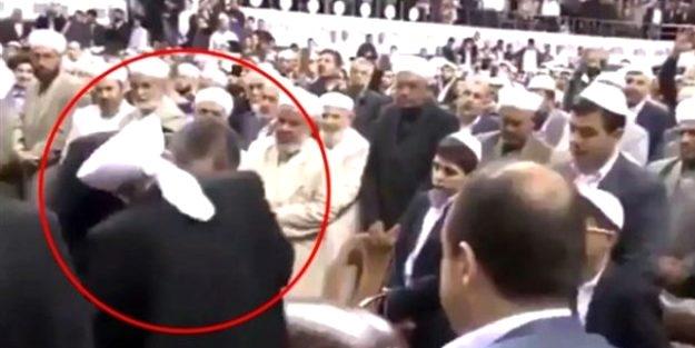 Bakan Gül'den 'tarikat liderinin elini öptüğü' görüntüye ilişkin açıklama!