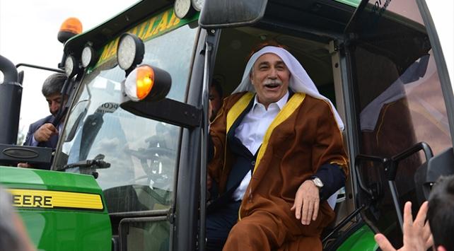 Bakan Ahmet Eşref Fakıbaba aba giydi, hasat yaptı