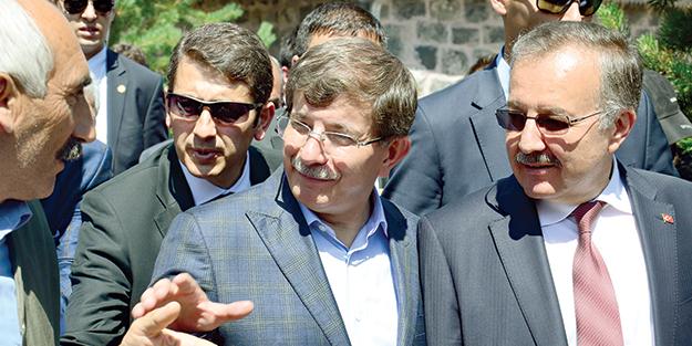 Bakan Davutoğlu Kars'ta Başbakan gibi karşılandı