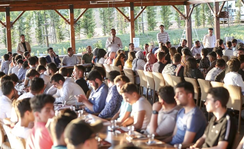 Bakan Kasapoğlu Pendik'te gençlerle buluştu