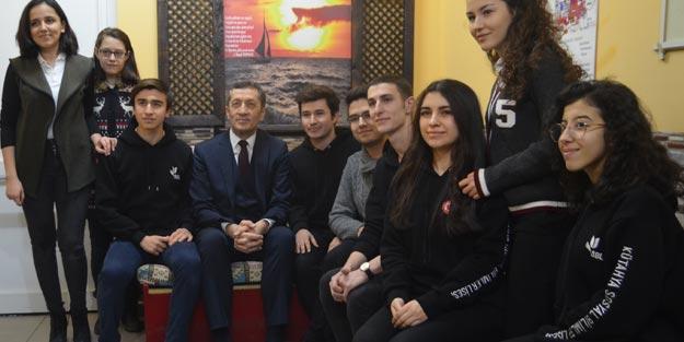 Bakan Selçuk, öğrencilerle türkü söyledi